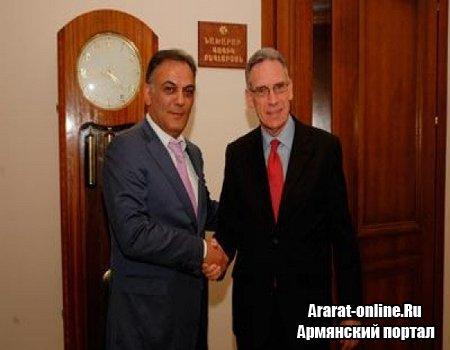 Министр Бегларян принял посла Ирака
